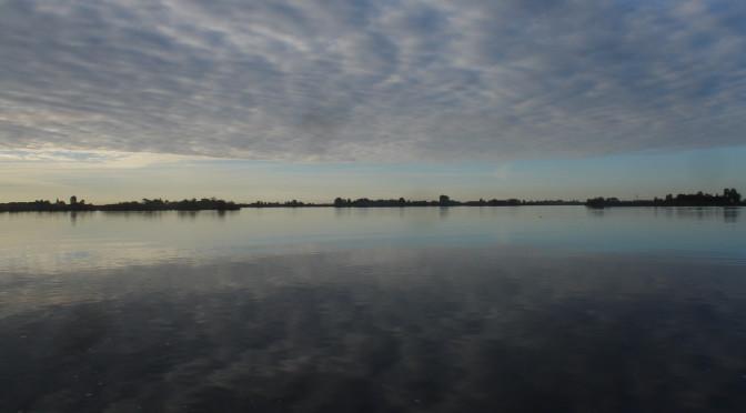 Lopend, op de fiets of met de boot langs de wijdse en kleurrijke landschappen en prachtige hemels van het Friese merengebied