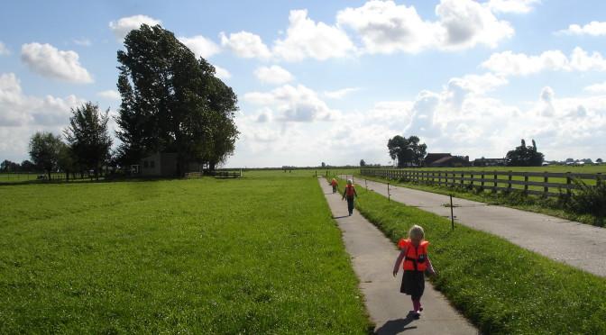 Kinderen en volwassenen genieten van het weidse landschap en de vele fiets en wandelpaden in de Friese Zuidwesthoek